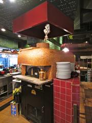 ピザ窯を含め、キッチン内には3箇所の排気口を設置