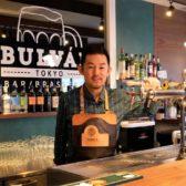 「サトウ注ぎ」で知られる、アサヒスーパードライの注ぎの名手・佐藤裕介氏の3店舗目「BULVAR TOKYO」が開業。バーとブラッスリーの2フロア構造で日本橋室町に挑む