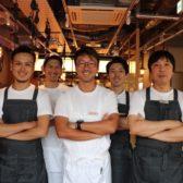 「サカナバル」が5店舗目の五反田店で打ち出したのは「大衆感」。小ポーションで多種類を楽しめる「豆皿タパス」を充実させ、和洋中の多様なエッセンスを取り入れた魚料理を提供